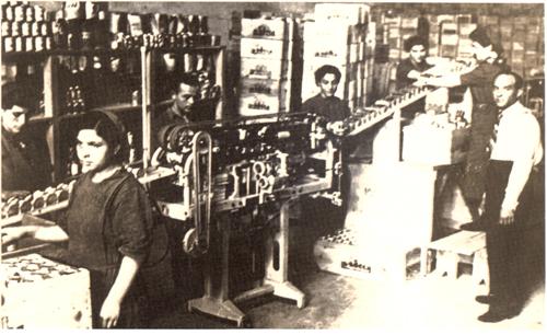Si notino gli imballaggi: cassette di legno perche il cartone ondulato era costoso e raro: si cominciava anche nell'Industria a respirare aria bellica.